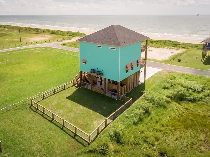 Nautibeach Cottage - Newly Built with Unobstructed Ocean Views!, location de vacances à Crystal Beach