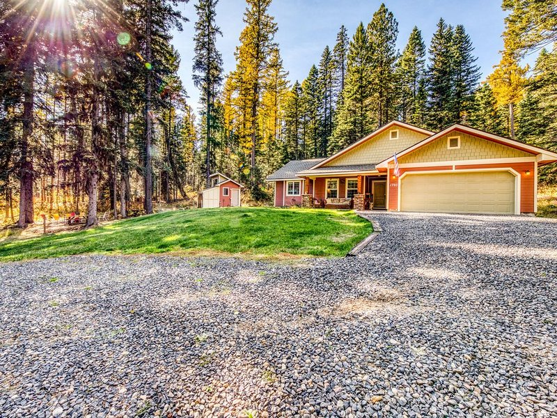 Secluded home w/ private hot tub & wood stove - near Tamarack!, alquiler vacacional en Donnelly