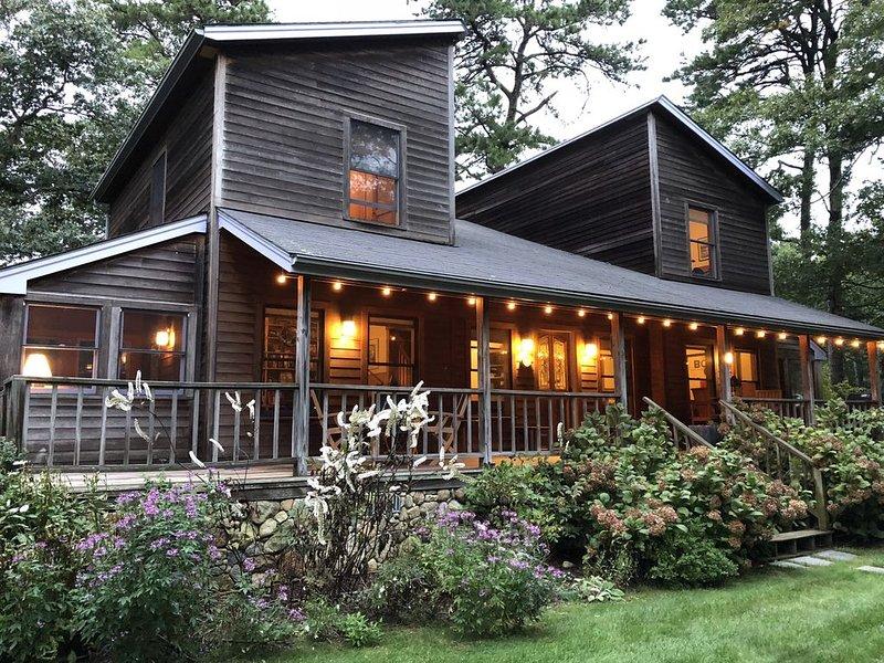 Spacious, Contemporary Home on Private Wooded Lot, aluguéis de temporada em Vineyard Haven
