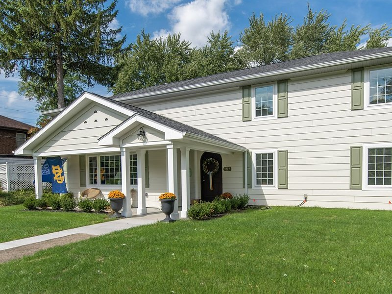 BRIGHT, BEAUTIFUL NEW HOME ~ 1 Mile to ND ~ PERFECT FOR LARGE GROUPS!, vacation rental in South Bend