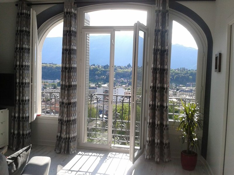 Trés Bel appartement avec vue exceptionnelle& piscine dans résidence de standing, holiday rental in Drumettaz-Clarafond