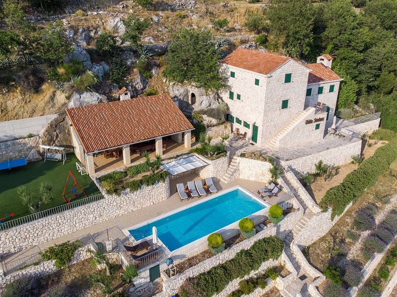 Imposing stone villa  special see view,  tennis court , pool, relaxing holiday, casa vacanza a Opuzen