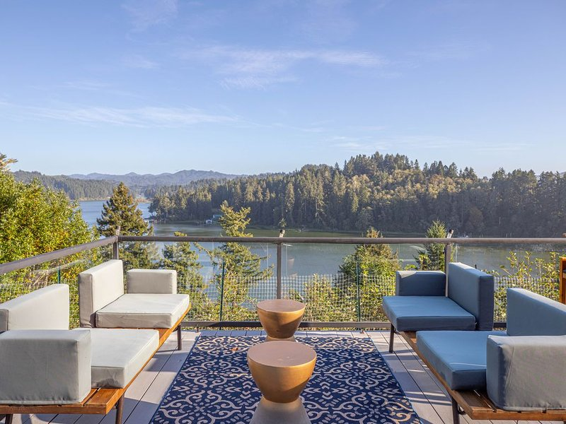 Luxury Water View Retreat, holiday rental in North Bend