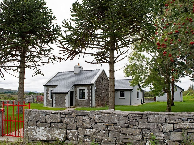 Cottage 345 - Oughterard  - sleeps 10 guests  in 4 bedrooms, casa vacanza a Maam Cross