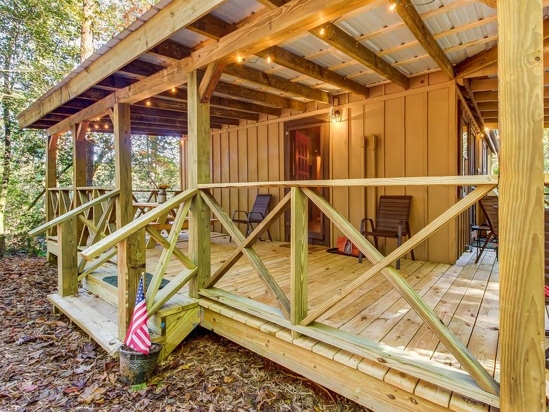 Quaint country cottage w/ wood stove, furnished porch, and firepit!, aluguéis de temporada em Sautee Nacoochee