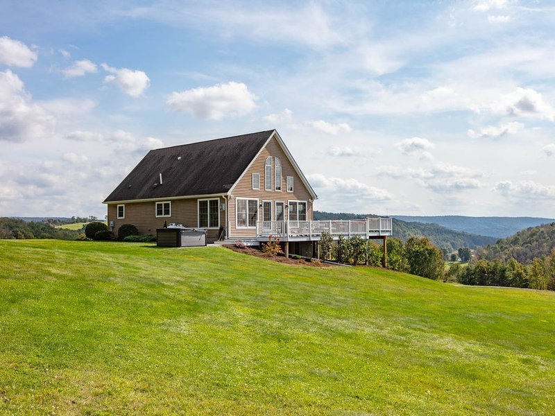 Sky High Chalet! Gorgeous home on 10+ acres with hot tub, 2 minutes to Wellsboro, location de vacances à Wellsboro