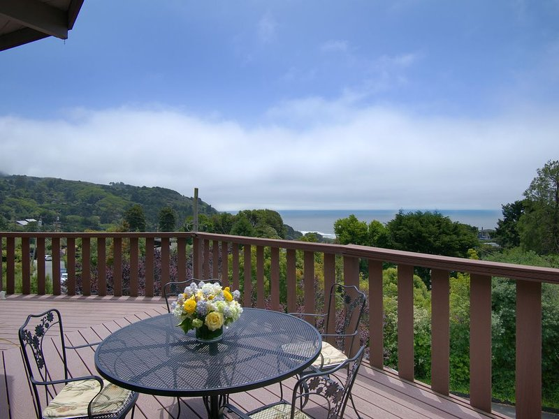 Views galore nestled on the hill above town, casa vacanza a Stinson Beach