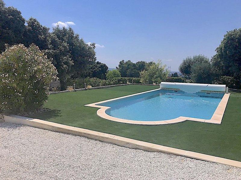Eyragues: Villa avec piscine privative chauffée 10 x5 m, vue sur les Alpilles, holiday rental in Eyragues