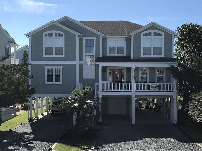 Clean Family-friendly OV w/ 2 Master Suites. Steps to the beach & restaurants, alquiler de vacaciones en Holden Beach