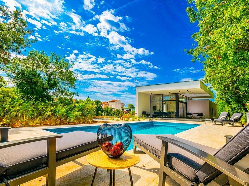 Villa 'My Way', Neue Design Villa,  mit grosse beheitzte Pool, vacation rental in Ferlini