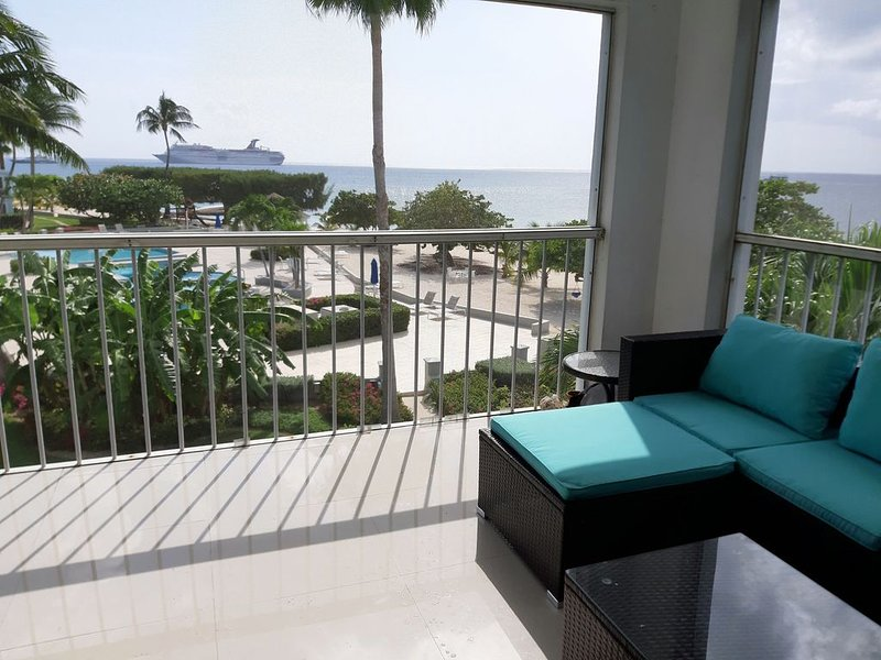 7 Mile Beach Fully Renovated Luxury Penthouse 2 Bed 5 Star, vakantiewoning in George Town