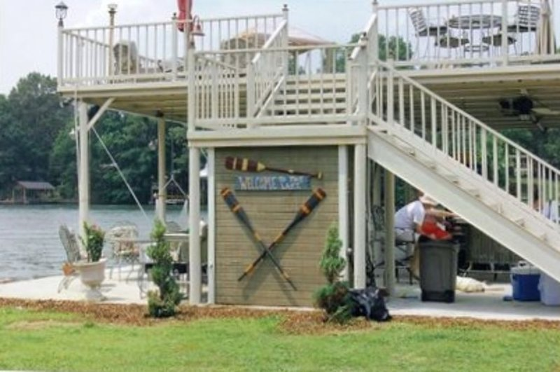 Amazing Lake house with a great yard and boathouse with a party deck., holiday rental in Rogersville