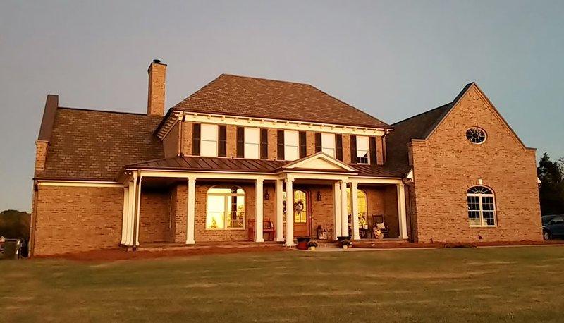 Beautiful Home located on 33 acres conveniently located 1.5 miles from I-85., alquiler de vacaciones en Salisbury