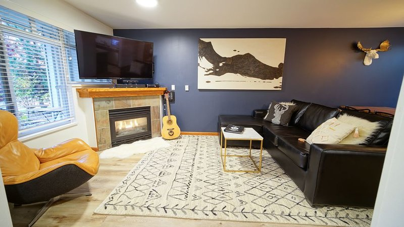 Townhouse in Village: Private Hot Tub, Snowshoes, Guitar, 4 Bikes & more!, vacation rental in Whistler