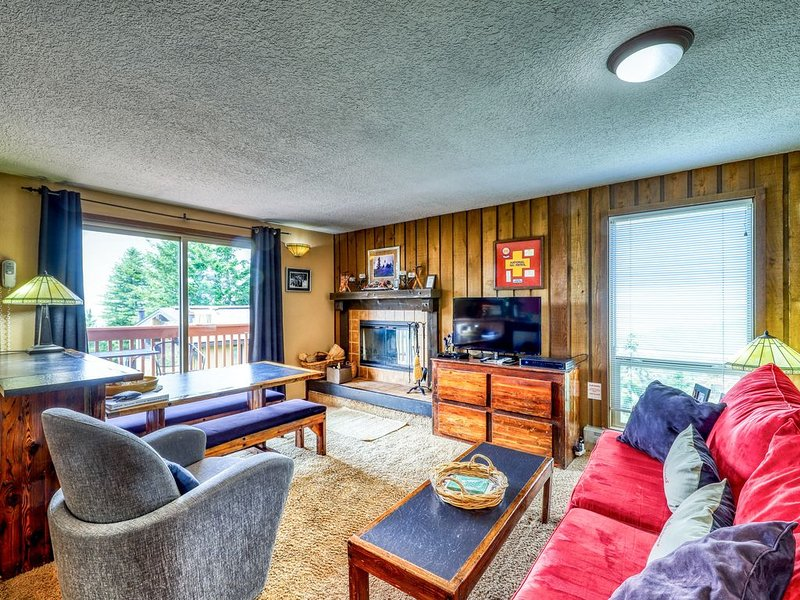 Ski-in/ski-out condo with shared hot tub, sauna, and panoramic views!, holiday rental in Horseshoe Bend
