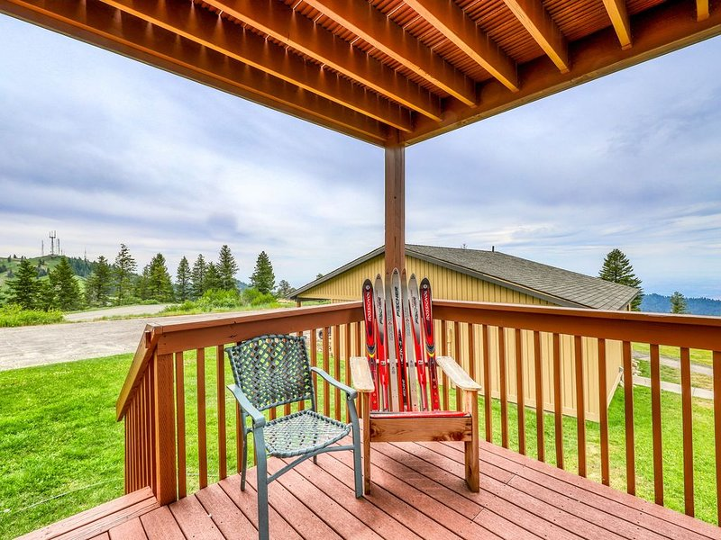 Ski-in/ski-out condo w/ shared hot tub and lovely views of Shaffer Butte!, holiday rental in Horseshoe Bend