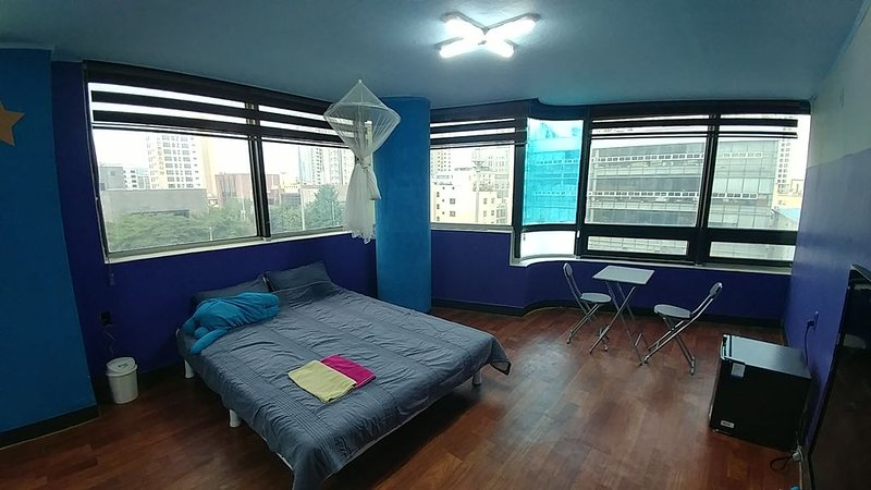 New PRIVATE STUDIO APT Hot Spot of Daeyeon St(15 min) 短期滞在に最適。, vacation rental in Busan