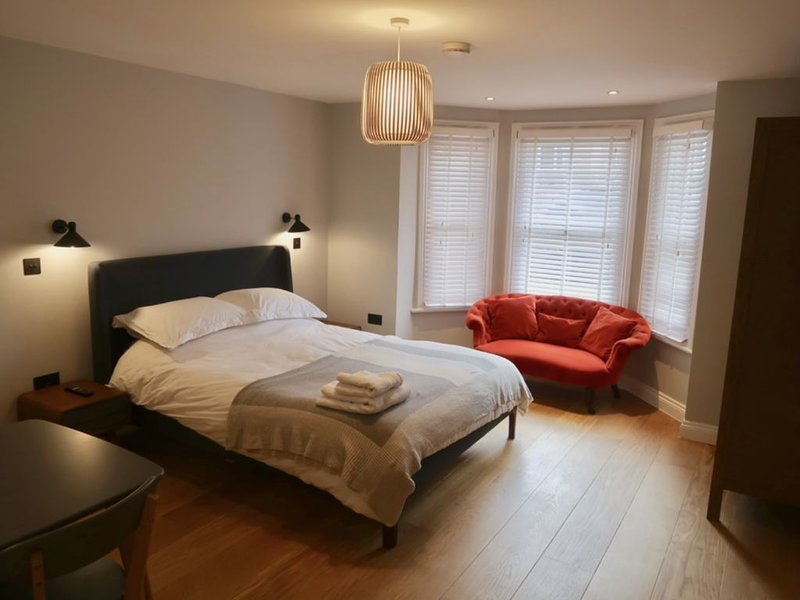 REFURBISHED! Townhouse studio apartment, holiday rental in Twickenham