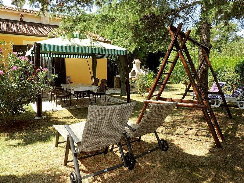 Herrliches Ferienhaus nur 700 Meter bis zum Sandstrand mit Küche, Klima, großem, vacation rental in Medulin