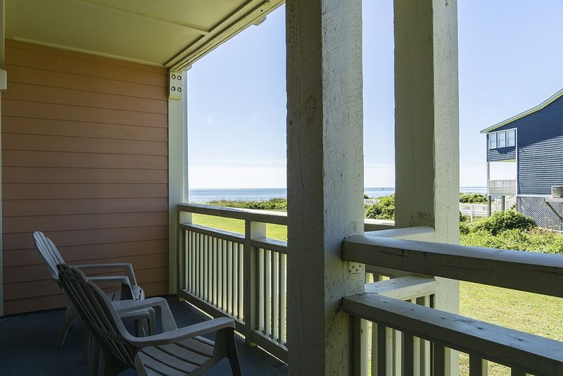 A Pelican's Paradise: 2 Bed/2 Bath Condo with Community Pool and Ocean Views, location de vacances à Caswell Beach