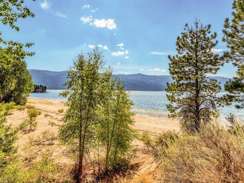 Secluded lake view home w/ private beach access & game room!, holiday rental in Cascade