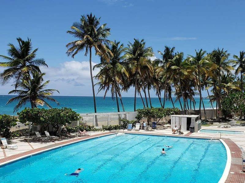 Ocean Breeze POOLSIDE Cabana apartment BEACH ACCESS, casa vacanza a Santurce