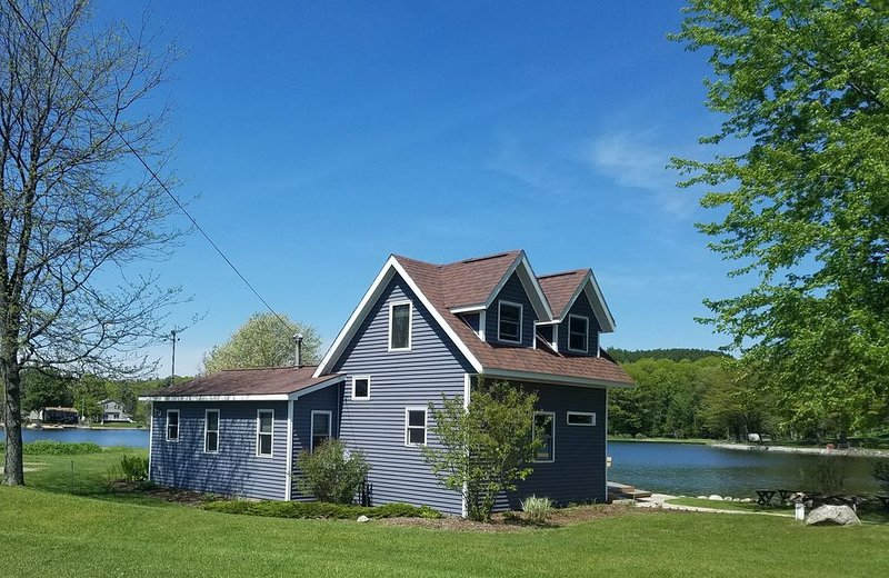 Lakefront Cadillac Cottage on Private Lake - 2BA, Sleep 6-8, alquiler de vacaciones en Lake City