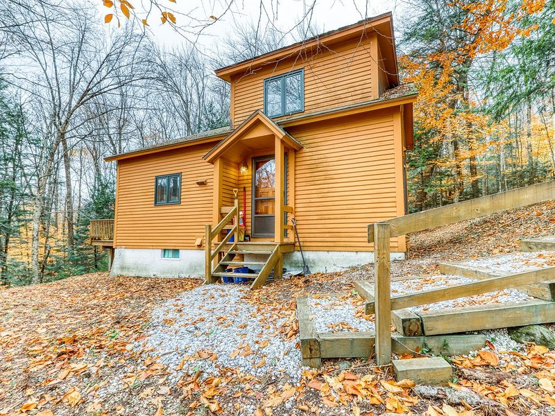 Family home w/ sauna, wood fireplace & deck - close to skiing and lakes!, holiday rental in Plymouth