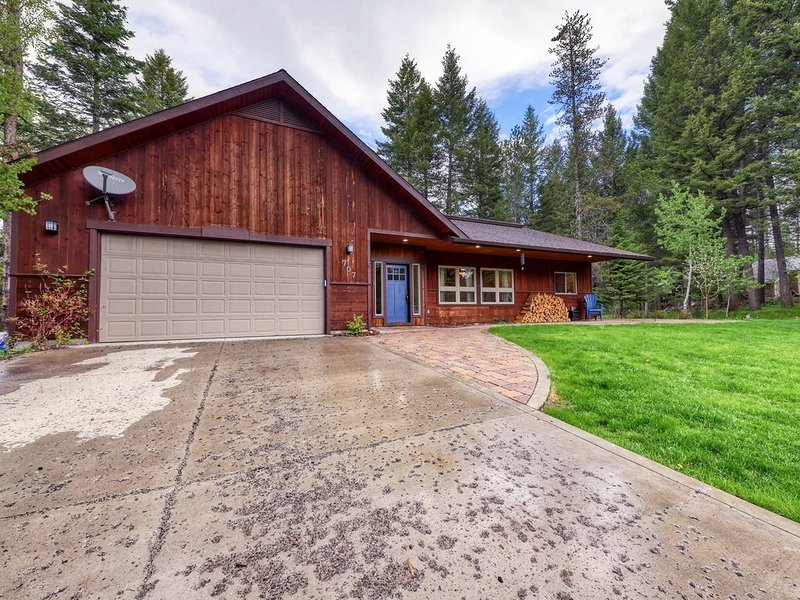 Modern cabin w/ wood stove - walk to town, golf & Payette Lake!, location de vacances à McCall