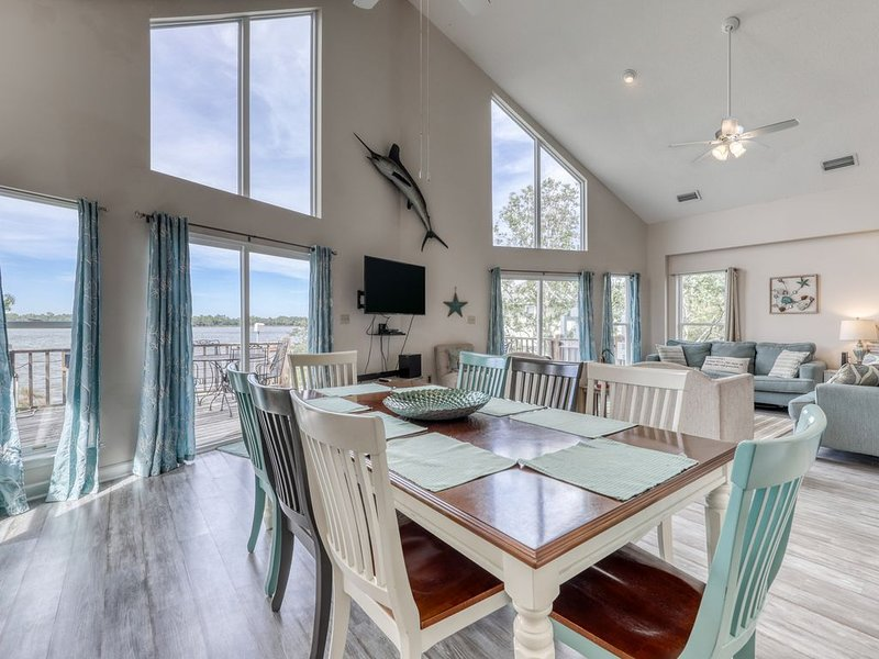 Lagoon-front home w/nearby boat launch & balcony w/gorgeous views, alquiler de vacaciones en Gulf Shores
