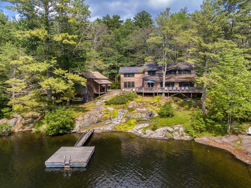 Luxurious lakefront home - 4 seasons/high speed WiFi/remote work/MSAD28, holiday rental in Camden