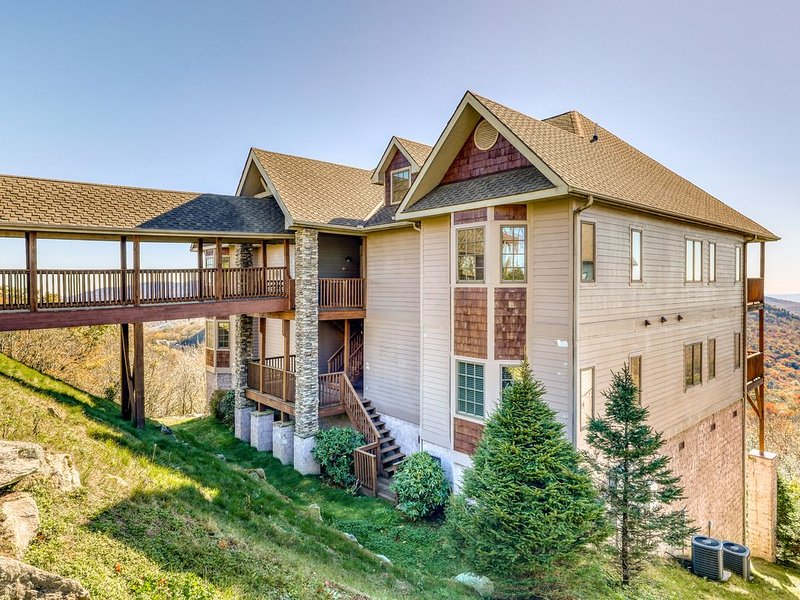 Slope-side condo w/private hot tub + large covered balcony, holiday rental in Sugar Mountain