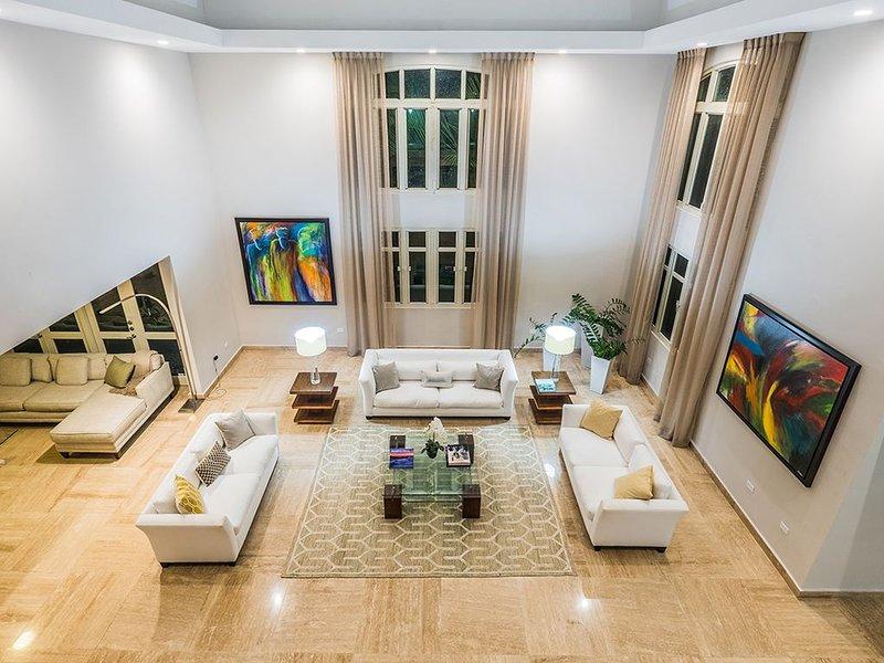 Öppet utrymme och vardagsrum med högt tak