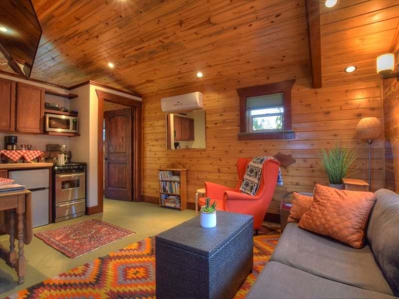 ♥ Cabin in City with Parking Space ♥, holiday rental in Clinton