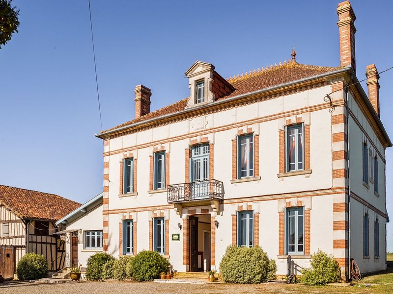 Vintage Mansion in Caupenne-d'Armagnac with Private Swimming Pool, vakantiewoning in Monguilhem