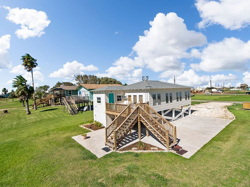 ' A LITTLE SALT N LIME' - Waterfront Property on Caney Creek with an RV spot, location de vacances à Sargent