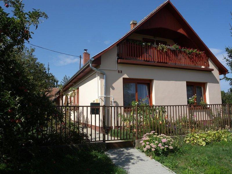 Ferienwohnung mit Terrasse und Gartenpavillon, casa vacanza a Vonyarcvashegy