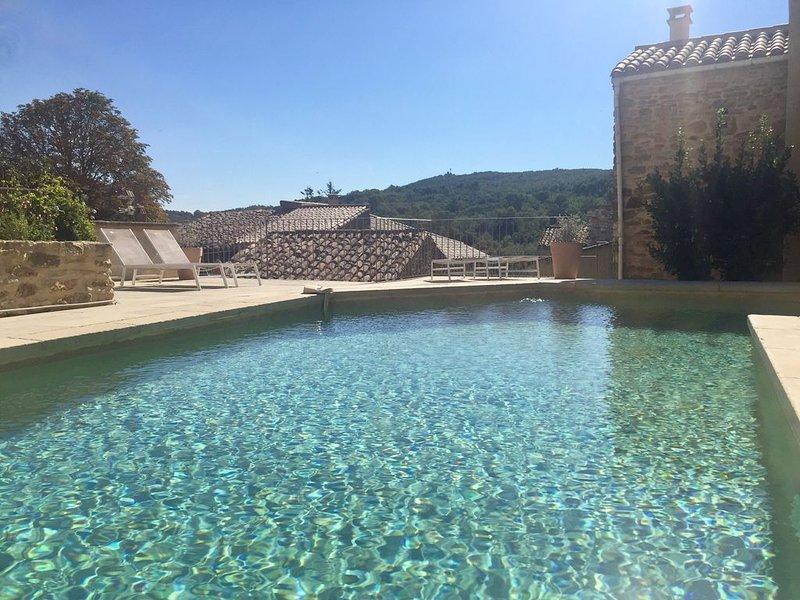 Maison de charme dans un village à 15 km d'Uzès, piscine chauffée, vue dominante, location de vacances à Cavillargues