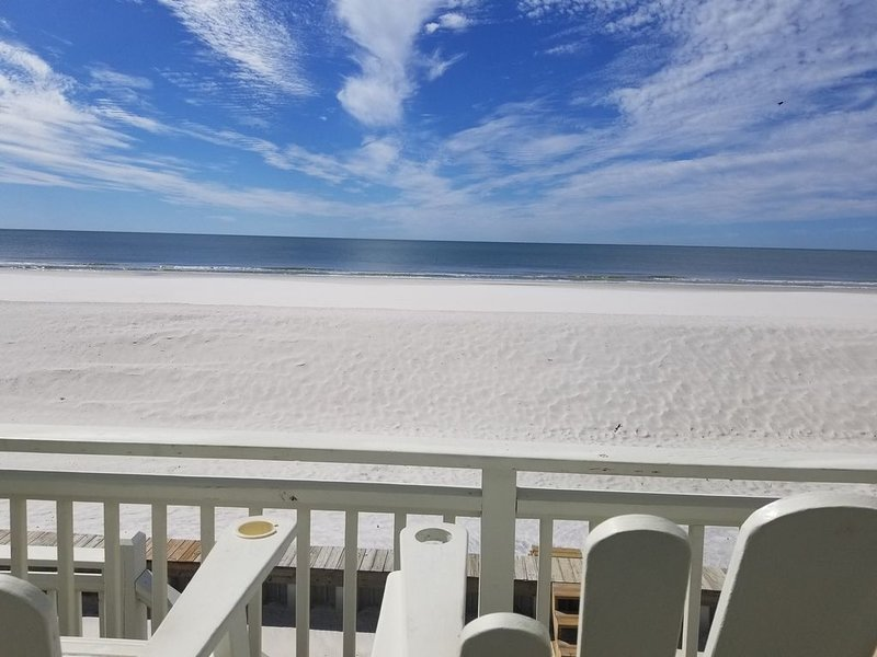 January 2021 still available!! Beachfront home! Sleeps 13! Now Pet Friendly!, alquiler de vacaciones en Cape San Blas