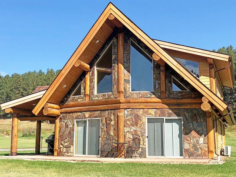 Gorgeous Log Home In Convenient Location With Tree View Near Mickelson Trail, vacation rental in Hill City