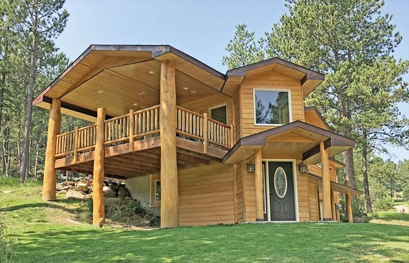 Stunning Log Home Surrounded By Trees, casa vacanza a Custer