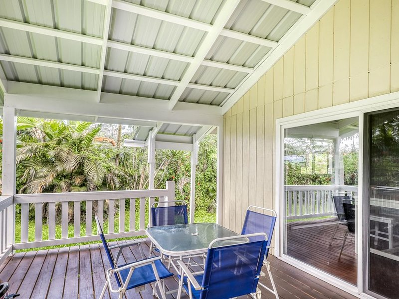 Beautiful hideaway home with wraparound lanai, WiFi, updated floors & furniture., vacation rental in Kapoho