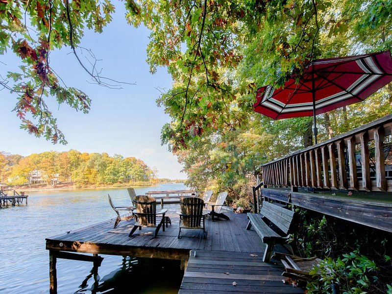 Lovely Home in Cove w/ boat dock, Pool Table & Full Kitchen, holiday rental in Locust Grove
