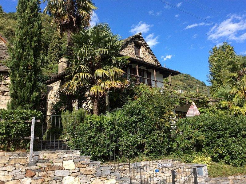 Liebevoll restauriertes Tessiner Rustico mit schöner Weitsicht, umgeben von eine, location de vacances à Contone
