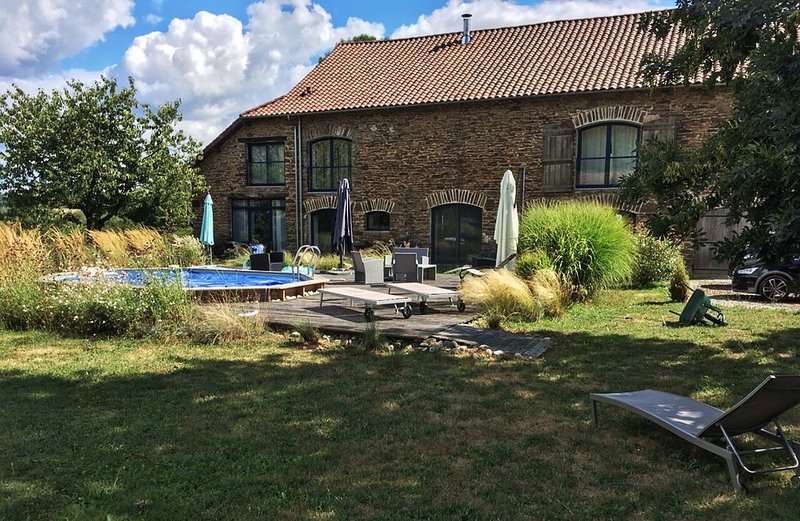 Belle grange en pierre totalement rénovée avec piscine, charme et tout confort, holiday rental in Saint-Pardoux-l'Ortigier