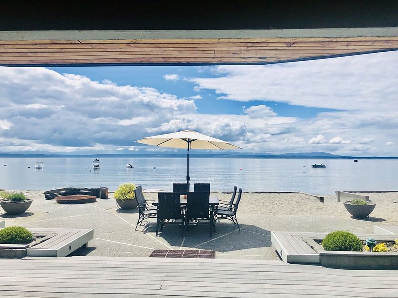 Fantastic Level Sandy Beach Waterfront Home on Mutiny Bay!, holiday rental in Hansville