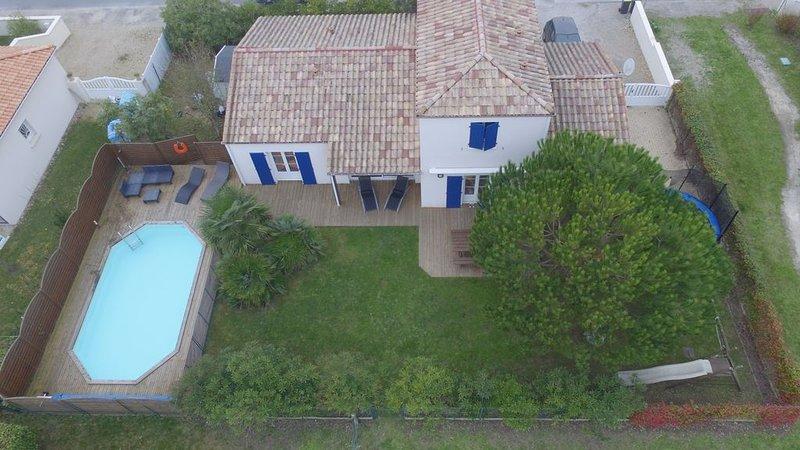 Maison familiale avec piscine et aire de jeux privé, casa vacanza a Semussac