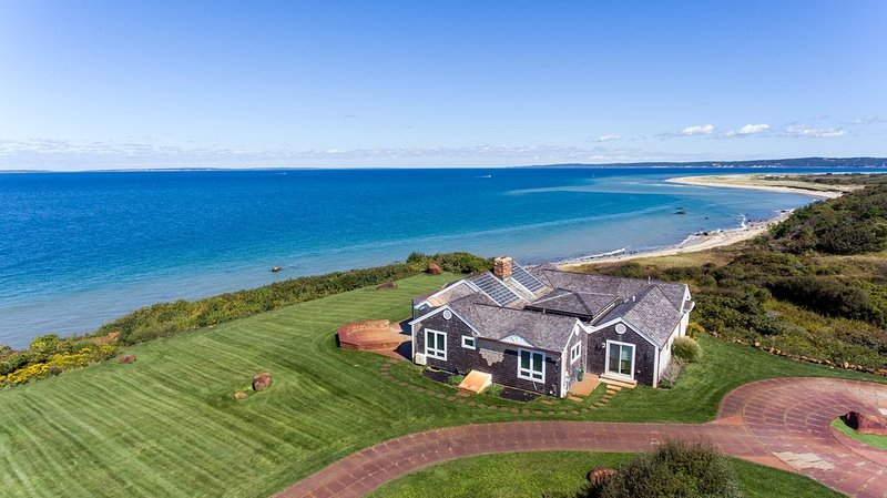 Secluded Ocean Front Estate Panoramic Views Private Beach – semesterbostad i Aquinnah