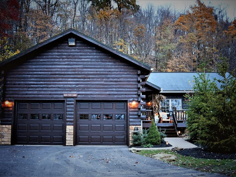 Columbia Woodlands Rock Path Cabin, holiday rental in Massillon