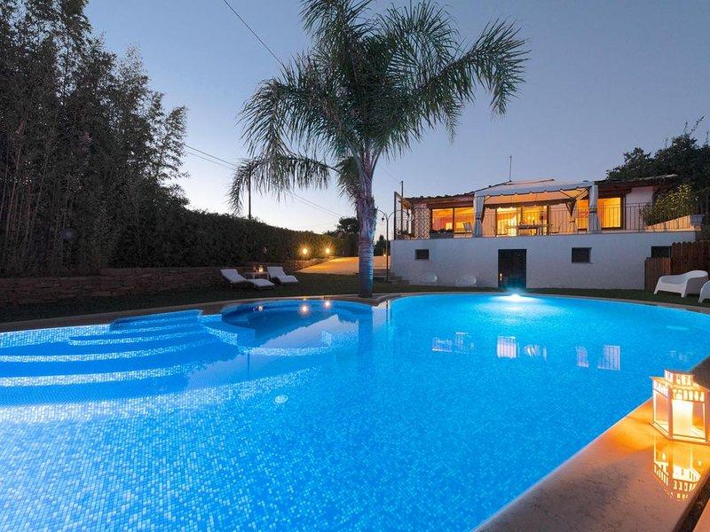 Bellissima villa con piscina, perfetta per una famiglia o 2 coppie., casa vacanza a Caltagirone